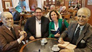 Andrés Alonso con Lucía Argibay en La Biela entre Borges y Bioy Casares.